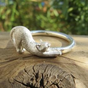 指輪 猫の伸び