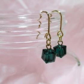 キューブピアス emerald