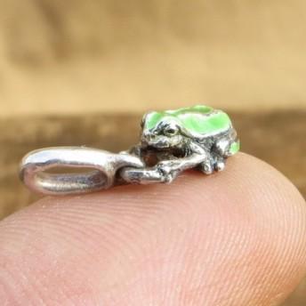 小さなカエルのペンダントトップ 七宝焼