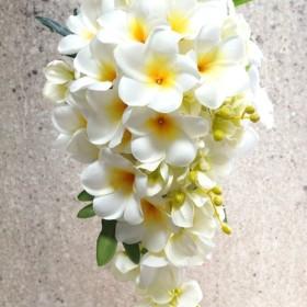 《期間限定 6/28お値下げ!》プルメリア&ミニオーキッドのセミキャスケードブーケ(造花)ブートニアセット