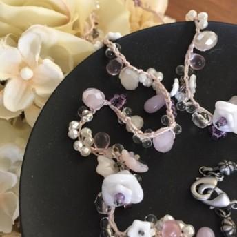 ガラスの白い花とピンク系チェコガラスビーズのネックレス