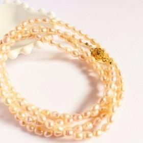 オレンジ色の真珠の長いネックレス