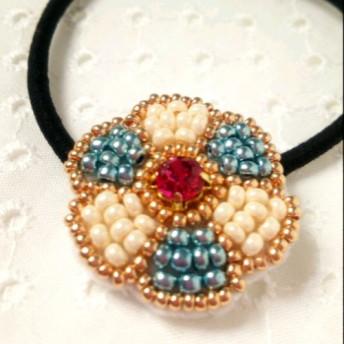 『きらめく花』ビーズ刺繍のヘアゴム(ブルー)