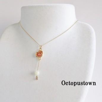 活力あふれる オレンジの薔薇とマザーオブパールのチェーンネックレス(ゴールドカラー)