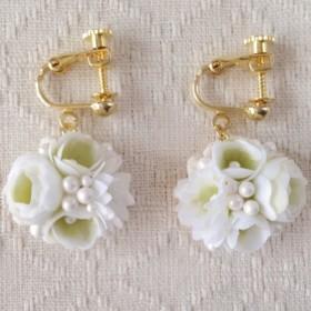 小花のぶら下がりイヤリング(ホワイト&グリーン)