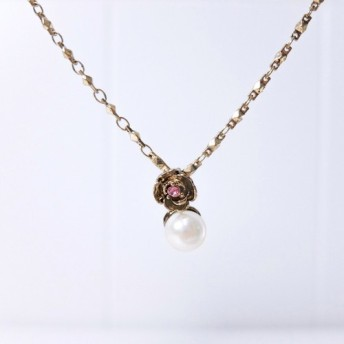 真珠のネックレスをバラ