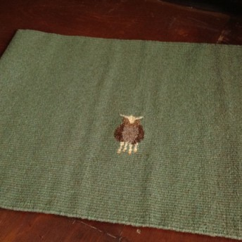 手織りの壁かけ、敷物(ひつじ柄 綴れ織り)