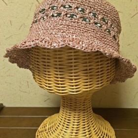 キッズ用のストローハット(アースカラーピンクの麦わら帽子)チロリアンテープがアクセント。頭の小さい女性にもおすすめ☆