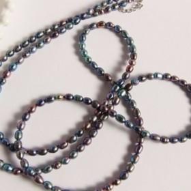 黒い真珠の長いネックレス