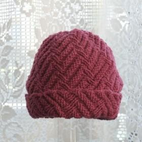 毛100% ななめ編みのニット帽子 (濃いピンク色・模様入り)