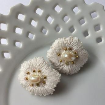 flower 大ぶり白いお花のピアス・イヤリング