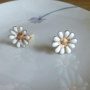 白いお花のイヤリング