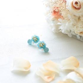 スカイブルーのお花とラインストーンのイヤリング_イヤーカフ型