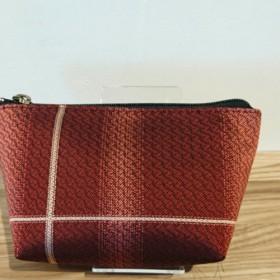 撥水加工済み、絹織物西陣織三角ポーチ 線に地暈し織 赤