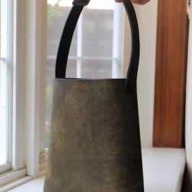 ■ 本革の楕円筒バッグ(カーキにブラックのむら染め)