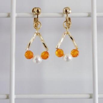 パールとオレンジのイヤリング