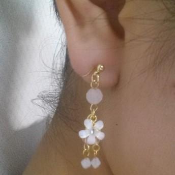 小さな白い花の耳飾り