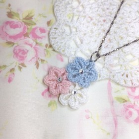 [クロッシェレースのペンダント]トリコロールの花(カラフルな綿菓子)