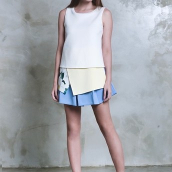 白いミルクの白いノースリーブのTシャツのデザイナーの服の非対称ブラウス高いスタイルミニマリスト賞を受賞したブランドのGlance