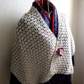 かぎ針編みの白いストール
