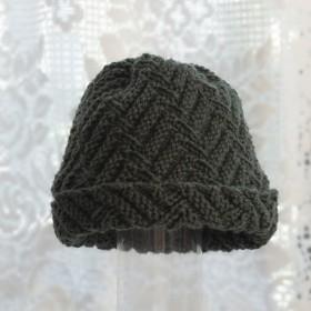 毛100% ななめ編みのニット帽子 (モスグリーン・模様入り)