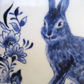 陶器の絵付 ウサギと植物柄のタイル