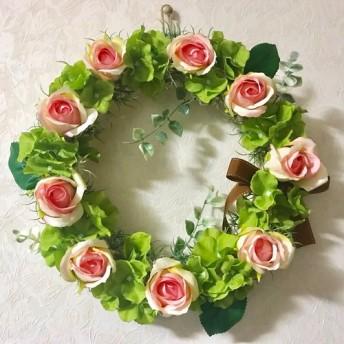 ピンクのバラと緑のアジサイのリース
