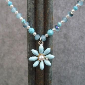 青い花とチェコ製ガラスのネックレス