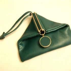 グリーン色の革のコインケース