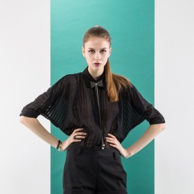 長袖の幾何学的モザイクストライプのシャツ