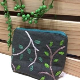 葉っぱ刺繍のポーチ