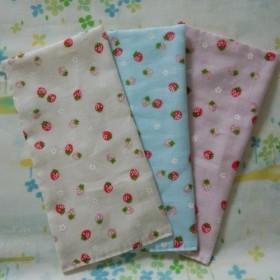 ◆手縫い☆Wガーゼハーフハンカチ3枚組☆苺柄☆3色☆カフェマット☆プチギフト