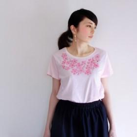 レディース コサージュ桜の花柄Tシャツ、ネックレスみたいな桜の花の手描きTシャツ。