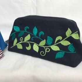 オリジナル刺繍のワイヤーポーチ〈リーフ/ネイビー〉