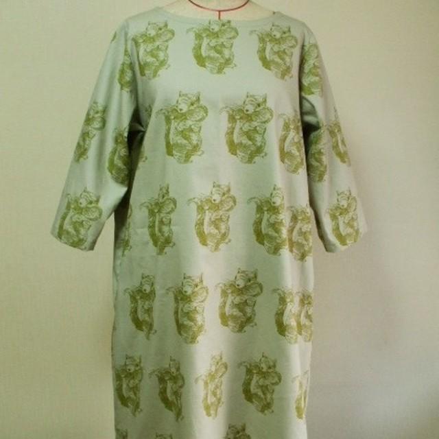 リス柄 プリントラウンドネック7分丈袖ワンピース 両脇ポケット付き 3Lサイズ 薄いグリーン色 受注生産