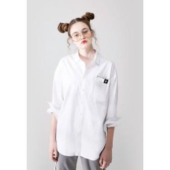 中立スタイルのポケットシャツ