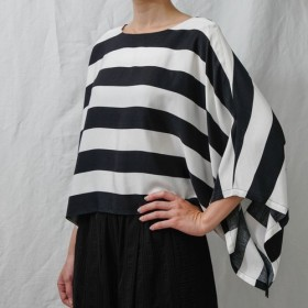 フランスのエレガンス。黒と白の縞模様のワイドスリーブトップ。春と夏 Ysanne 810-089