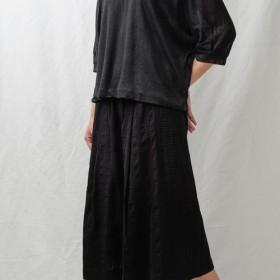 質感エンボス黒い綿とリネンのワイドパンツ。春と夏 Ysanne 810-131