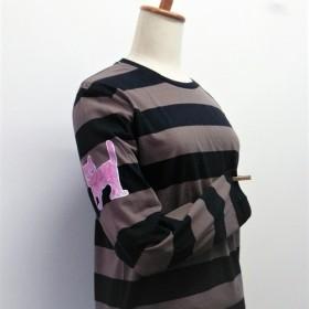 お袖がポイント!さりげなくピンク猫ちゃんがいるロンt(ホワイト×チャコール・右袖に柄)