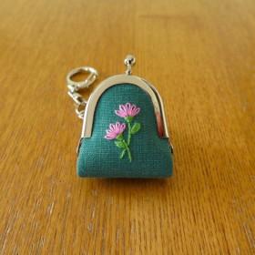 手刺繍の豆がま口〈二輪のお花・緑〉