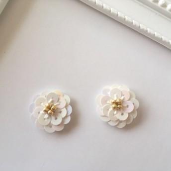 きらめくお花のピアス ホワイト