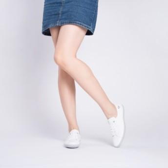 シンプルな白い女の子のモデルの怠惰な古典的なバージョン