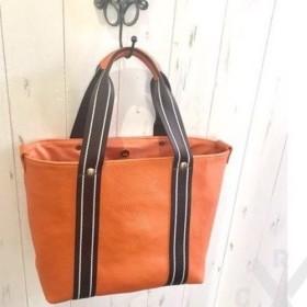 オレンジ色の牛革シュリンクレザーのトートバッグ