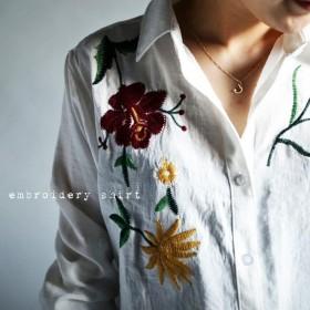 目を奪われる存在感。フラワー刺繍シャツ・再再販。テクいらず。『ぐっと心惹かれる刺繍で気分がアガル。』メール便可