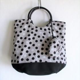 「送料無料」ミニ巾着付きプラリング持ち手のトートバッグ(モノトーンドット)