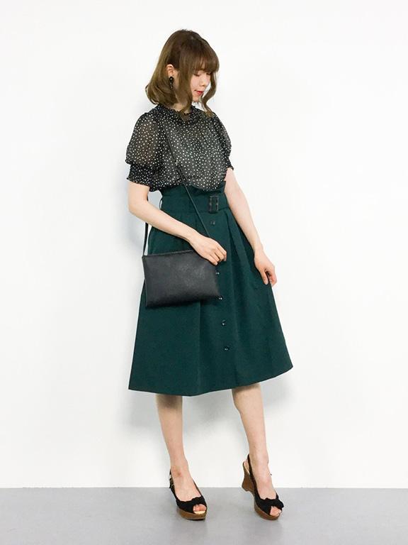 深みのあるグリーンのスカート