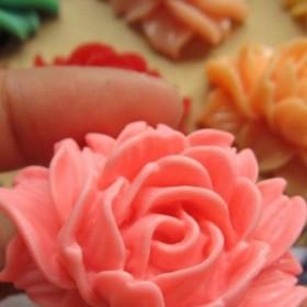 42mmx33mmローズアクリルパーツ/3個アソート バラ 薔薇 フラワー 人気 花 アクセサリー ピアス パーツ プラスティック イヤリング 貼り付