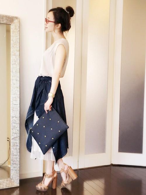 ベージュのブラウス×スカート×ネイビーのデニムシャツコーデ