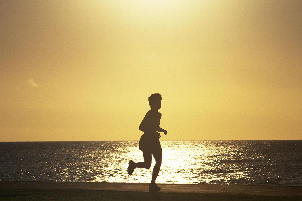 海辺を走る人の写真