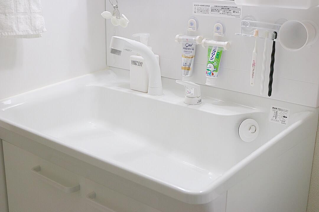 洗面所の壁に「吊るす」収納